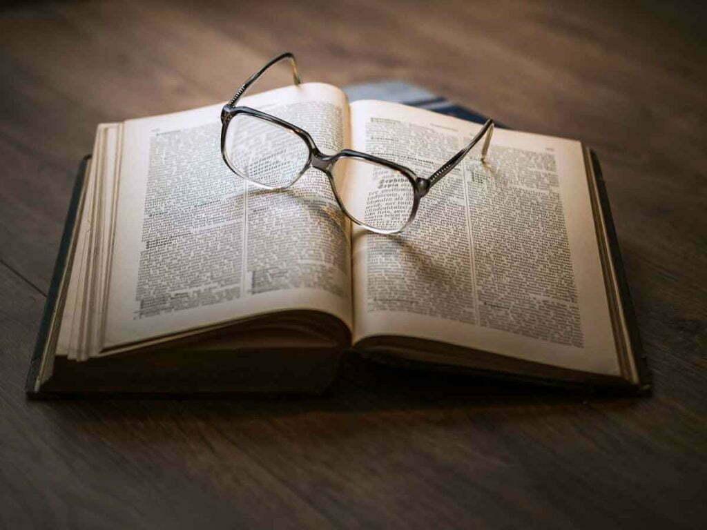 make-your-living-room-instantly-retro-glasses